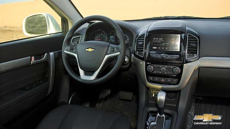 Khu vực người lái với hàng loạt các nút bấm chức năng của Chevrolet Captiva