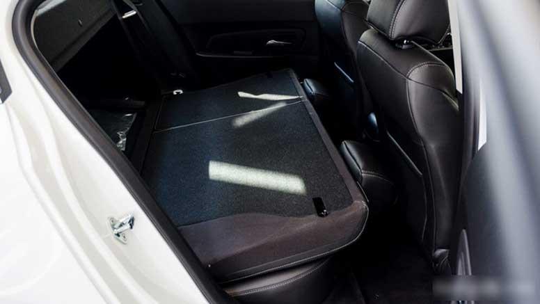 Hàng ghế sau có thể ngả xuống thành khoang đựng đồ rộng rãi