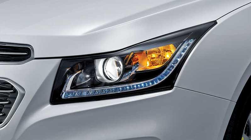 Đèn pha halogen dạng thấu kính, tự động bật/ tắt kết hợp đèn chiếu sáng ban ngày dạng LED thiết kế lịch lãm, phong cách, đồng thời giúp cảnh báo các phương tiện khác tốt hơn
