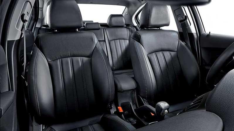 Nội thất sang trọng với ghế da đen mới, được trau chuốt những đường chần chỉ tinh tế, tăng thêm phần đẳng cấp và mang lại cảm giác thoải mái cho người lái và hành khách đi cùng.