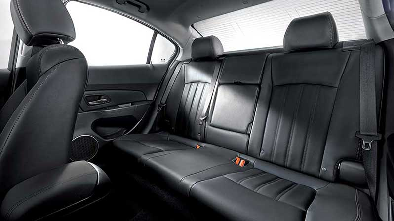 Không gian khoang hành khách thoáng đãng đem lại cảm giác thoải mái cho mọi hành trình luôn là ưu thế nổi bật của Chevrolet Cruze.
