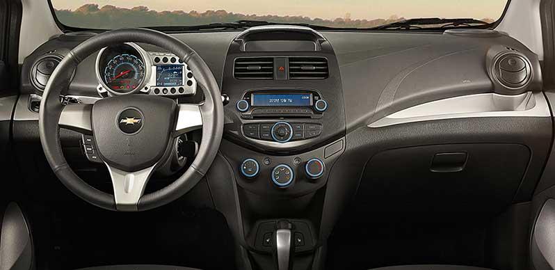 Khoang lái rộng rãi với bảng điều khiển đơn giản và tiện dụng
