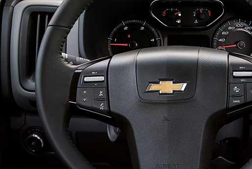 Vô lăng Chevrolet Colorado High Country tích hợp nhiều nút bấm hiện đại