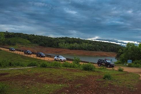 Đoàn xe nối đuôi nhau trên hành trình đến với Biển Hồ.