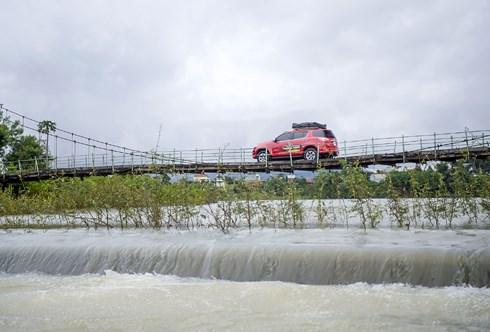 Hình ảnh từng chiếc xe vượt qua chiếc cầu treo ở Biển Hồ.