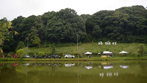 Vượt qua con đèo Măng Đen, địa điểm dừng chân tiếp theo là Hồ Đak Ke, tại đây các thành viên đoàn sẽ dùng bữa trưa bên hồ.