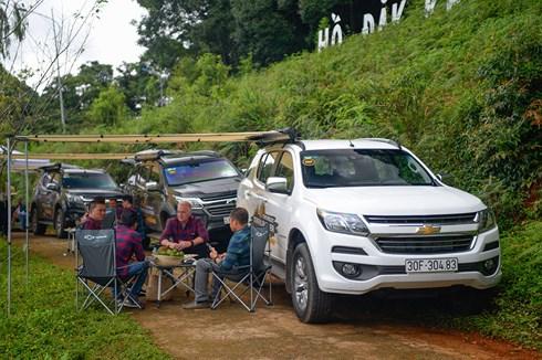 Các thành viên trong đoàn cùng ngồi tại Hồ Đak Ke và chia sẻ những câu chuyện thú vị về hành trình.