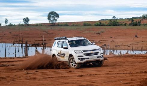 Tại hồ Vĩnh Sơn, các thành viên đoàn cũng có những giờ phút sảng khoái khi cầm lái chiếc Chevrolet Trailblazer trên nền đất đỏ.
